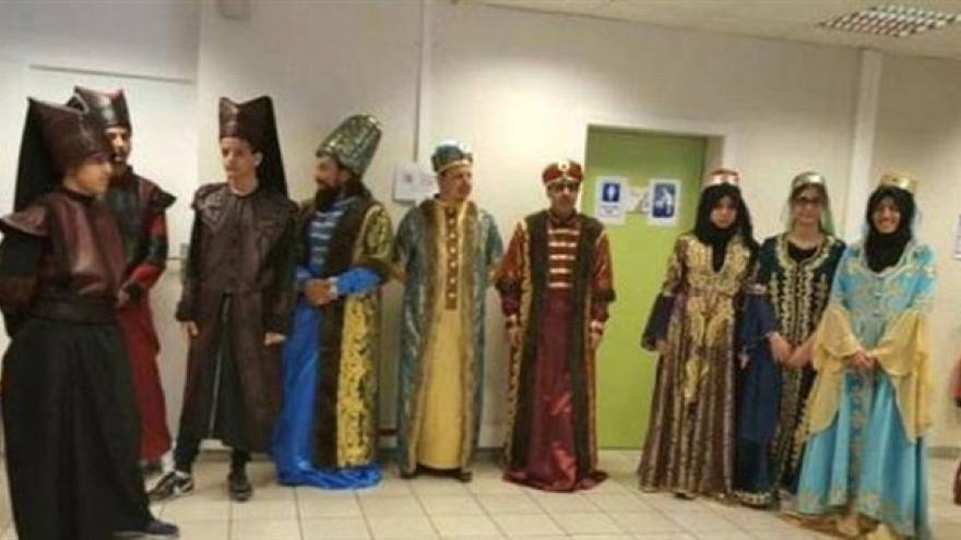 Turkish voters wear Ottoman dress at polling station