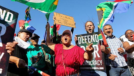 Des échauffourées éclatent en marge d'une manifestation anti-Zuma à Johannesburg [no comment]