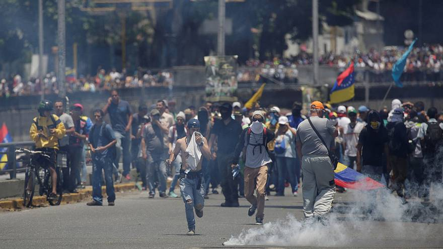 Clashes in Caracas: thousands march in support of Capriles