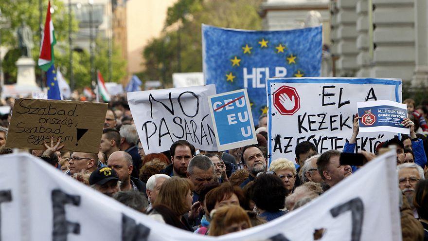 Bildungsproteste: Zehntausende demonstrieren in Budapest gegen Schließung einer Privat-Uni