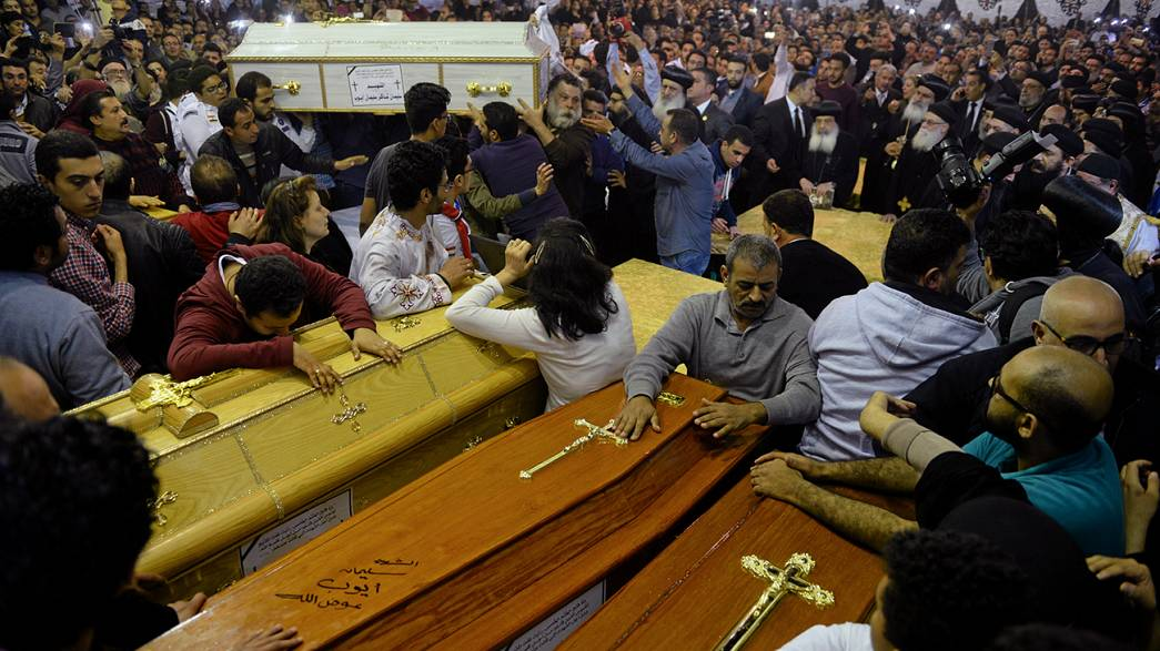Egypte : la communauté copte pleure ses morts après le double attentat