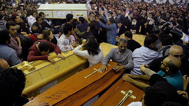 Αίγυπτος: Θρήνος και οργή στις κηδείες των θυμάτων από τη διπλή βομβιστική επίθεση