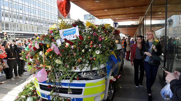 Жители Стокгольма несут цветы к месту, где погибли их сограждане