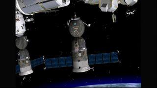 ثلاثة رواد يغادرون محطة الفضاء الدولية نحو الأرض