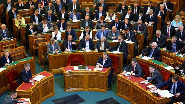 Macaristan cumhurbaşkanı tartışmalı eğitim yasasını onayladı