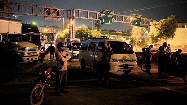 Un muerto y dos heridos en derrumbe tras terremoto en El Salvador