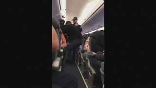 Le débarquement musclé d'un passager embarrasse United Airlines