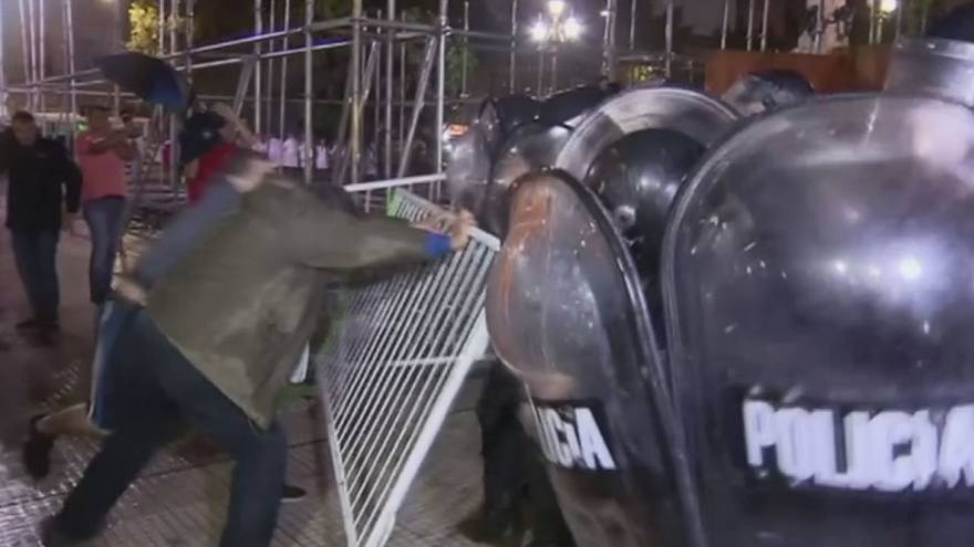 Argentina: clashes erupt when police try to disperse protesting teachers