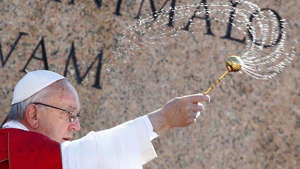 Papa Francis evsiz insanlar için çamaşırhane açtı