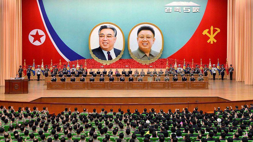 Le parlement nord-coréen au garde à vous