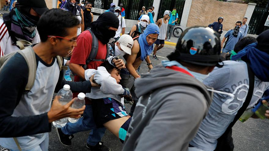 Tear gas and clashes as Venezuelan opposition maintains protests