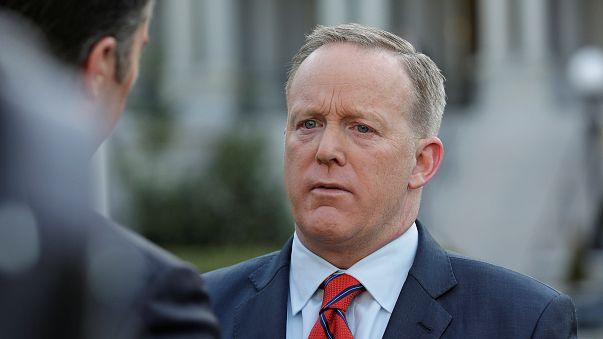 Spicer pede desculpas por comparação entre Assad e Hitler