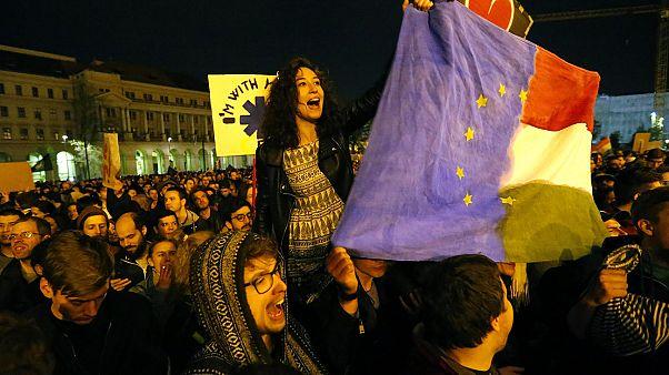 صف آرایی مردم بوداپست در مقابل دولت ادامه دارد