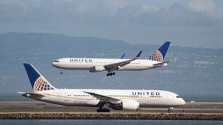 USA: jogi lépéseket tett a repülőgépről levonszolt utas