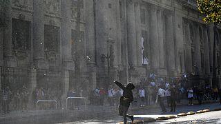 Manifestantes e autoridades enfrentam-se com Educação no meio