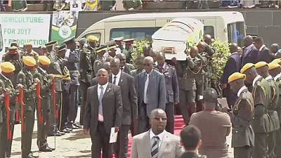 Zimbabwe: Robert Mugabe assiste aux funérailles du général Murozvi