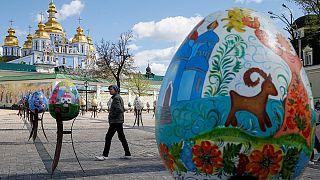 Medio millar de huevos de Pascua gigantes toman el centro de Kiev