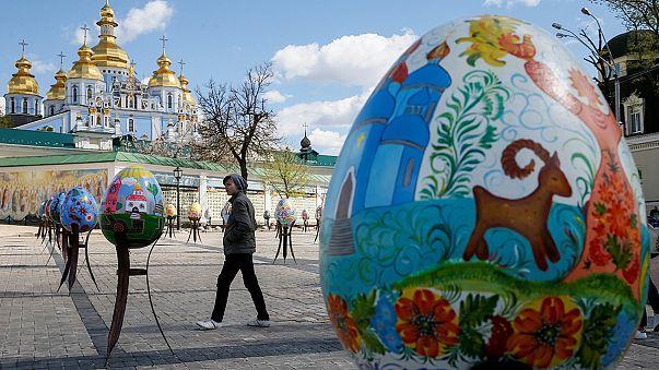 Uova giganti e strizzate d'occhio ai Beatles: la Pasqua vista da Kiev