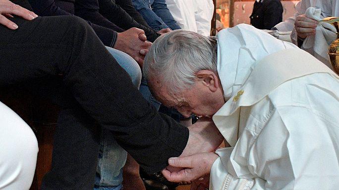 پاپ فرانسیس در مراسم پنج شنبه مقدس پای ۱۲ زندانی را شستشو داد