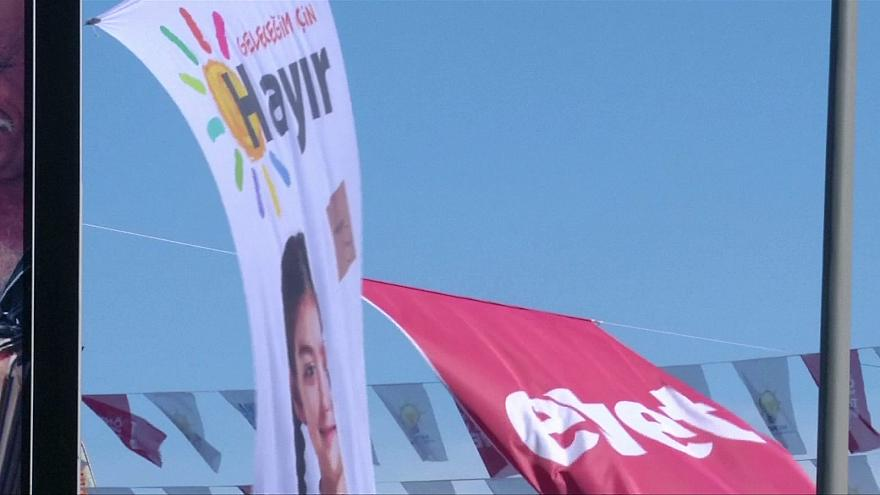 Una estrecha mayoría de turcos votará 'sí' en el referéndum del domingo, según últimos sondeos