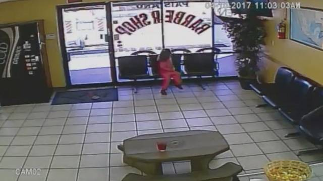 Haarscharf vorbei: 4-Jährige wird beim Friseur beinah erschossen
