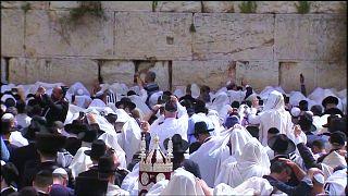 Zsidók imádkoznak a Siratófalnál Pészah alkalmából