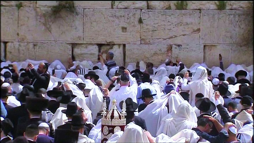 Judeus no Muro das Lamentações para orações da Páscoa