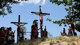 Ανεβαίνουν στο σταυρό για να εξαγνιστούν (βίντεο)