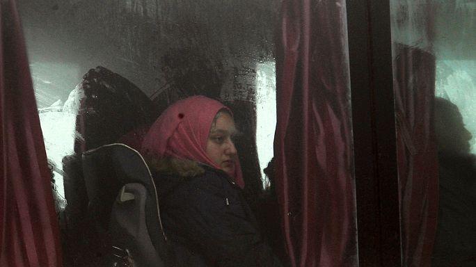 Miles de civiles y combatientes sirios, evacuados de 3 ciudades asediadas