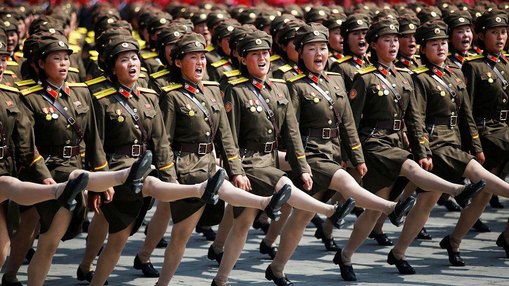 Phenjan felvonultatta ballisztikus rakétáit a pénteki katonai parádén