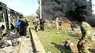 Robbanás ölt meg civileket egy buszkonvojnál Aleppó mellett.