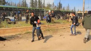 Civileket evakuáló buszokat robbantottak Aleppónál