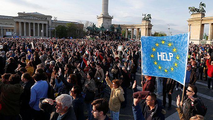 Miles de húngaros protestan contra las políticas de Orbán en Budapest