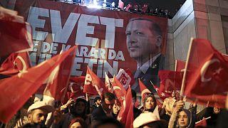 """Primeiro-ministro turco clama vitória no referendo, """"segundo resultados não oficiais"""""""