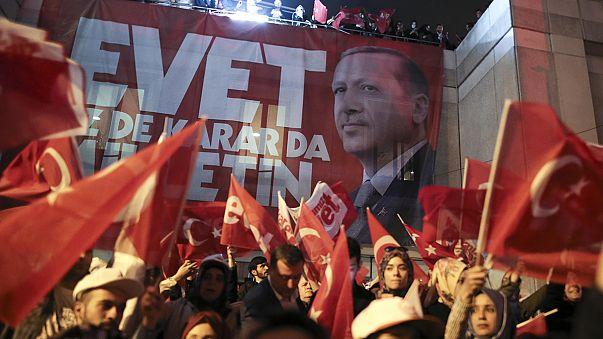 """Turquie : les partisans du """"oui"""" font la fête"""