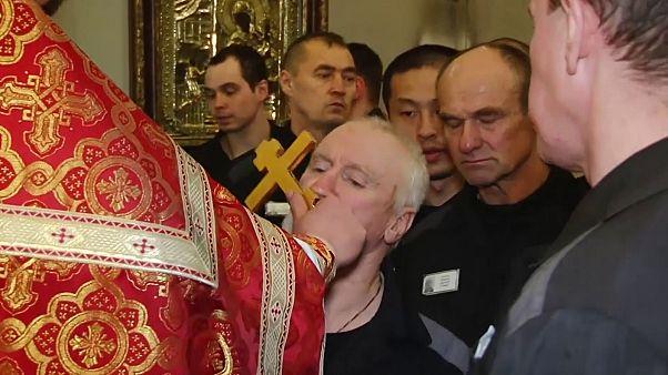 Missa de Páscoa numa prisão russa