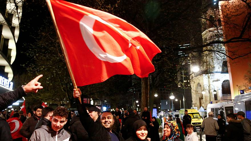 """Allemagne : la diaspora turque vote """"oui"""" au référendum"""