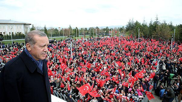 """El presidente turco recibido en Ankara por sus seguidores tras la victoria del """"sí"""" en el referéndum"""