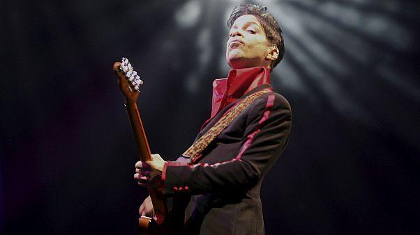 Prince halála: sok fájdalomcsillapítót találtak a zenész otthonában