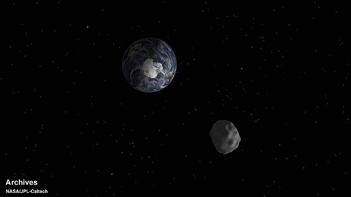 Asteroid poised to make close fly-by of Earth