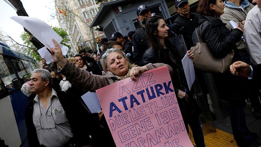 """Turquie : nouvelles manifestations après la victoire du """"oui"""" au référendum"""