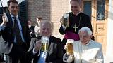 """""""Prost!"""". Benedetto XVI brinda con la birra per i suoi 90 anni"""
