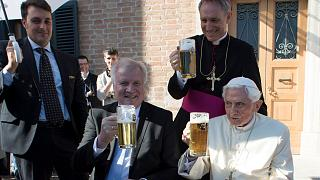 El papa emérito Benedicto XVI celebra su 90 cumpleaños brindando con cerveza