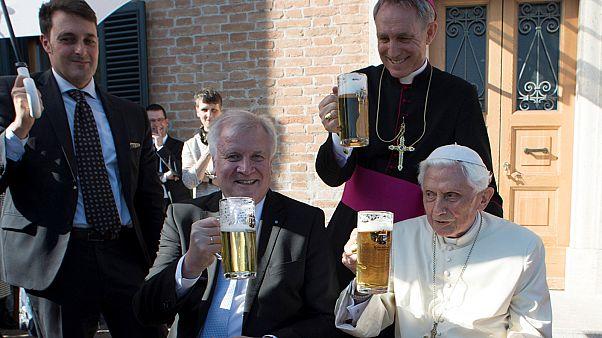البابا بنديكت السادس عشر يحتفل بعيد ميلاده90