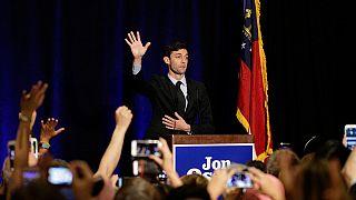 Демократ побеждает на выборах в Конгресс США в традиционно республиканском округе