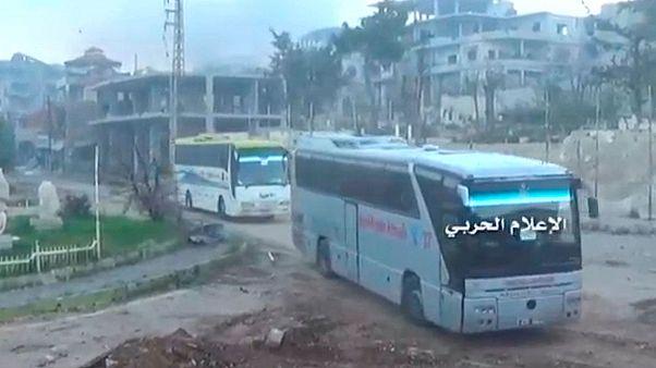 تخلیه هزاران نفر از چهار ناحیه تحت محاصره در سوریه سر گرفته شد