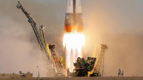 """Космический корабли """"Союз"""" летит к МКС с двумя космонавтами"""