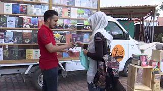 شاب عراقي يتحدى الظروف الأمنية وينشأ مكتبة متنقلة وسط بغداد
