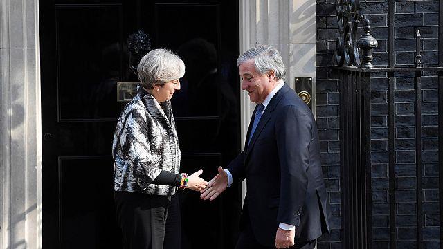 Antonio Tajani esorta Theresa May a garantire i diritti dei cittadini UE
