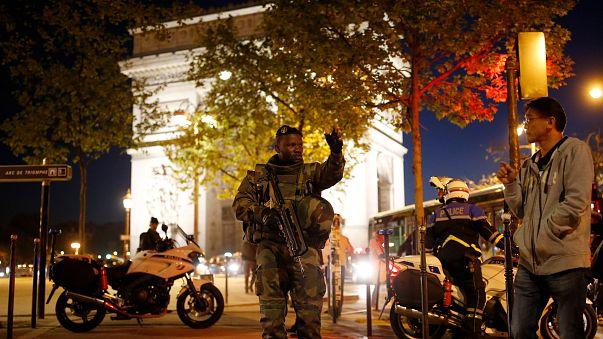 Paris'te polise silahlı saldırı